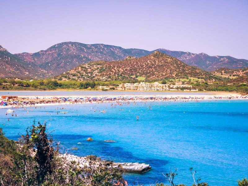 Διαφανής και τυρκουάζ θάλασσα στο Πόρτο Giunco, Σαρδηνία, Ιταλία στοκ εικόνες