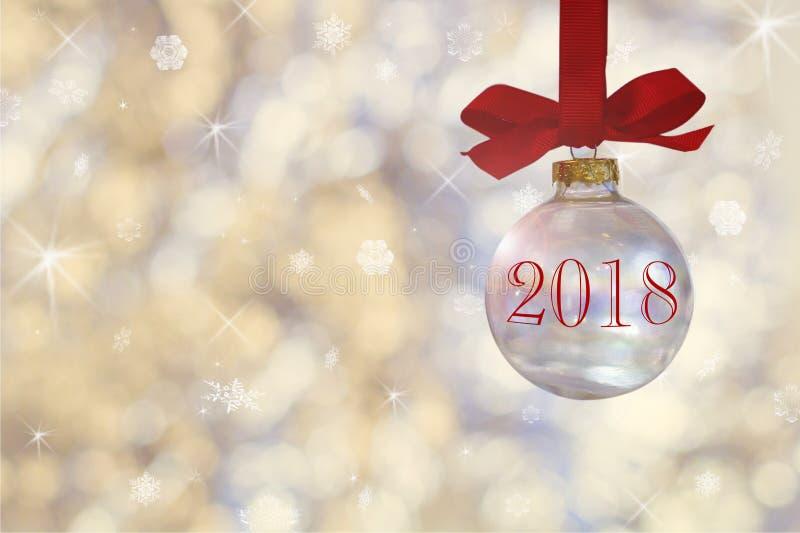 Διαφανής κενή σφαίρα Χριστουγέννων Το μπιχλιμπίδι Χριστουγέννων, κρεμά σε μια κόκκινη κορδέλλα στο υπόβαθρο τα ασημένια φω'τα στοκ εικόνα