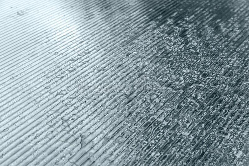 Διαφανής πλαστική επιφάνεια με τις σταγόνες βροχής στοκ εικόνες