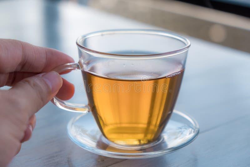 Διαφανής φλυτζάνα τσαγιού με το κίτρινο τσάι στοκ φωτογραφία με δικαίωμα ελεύθερης χρήσης