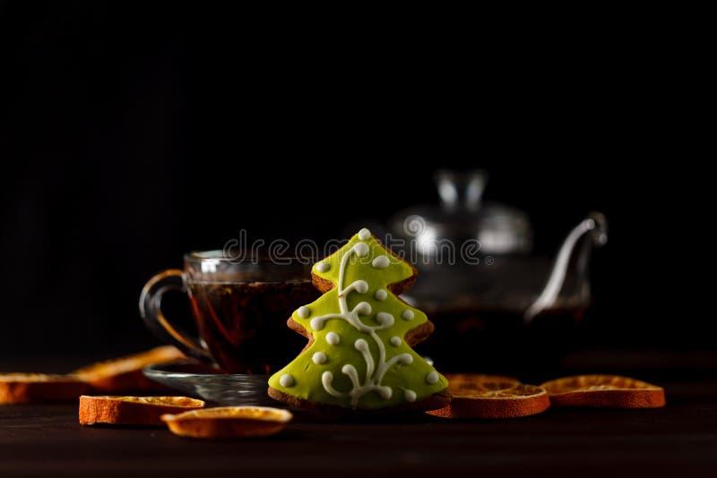 Διαφανής φλυτζάνα τσαγιού με το μαύρο τσάι σε συγκρατημένο στοκ φωτογραφία με δικαίωμα ελεύθερης χρήσης