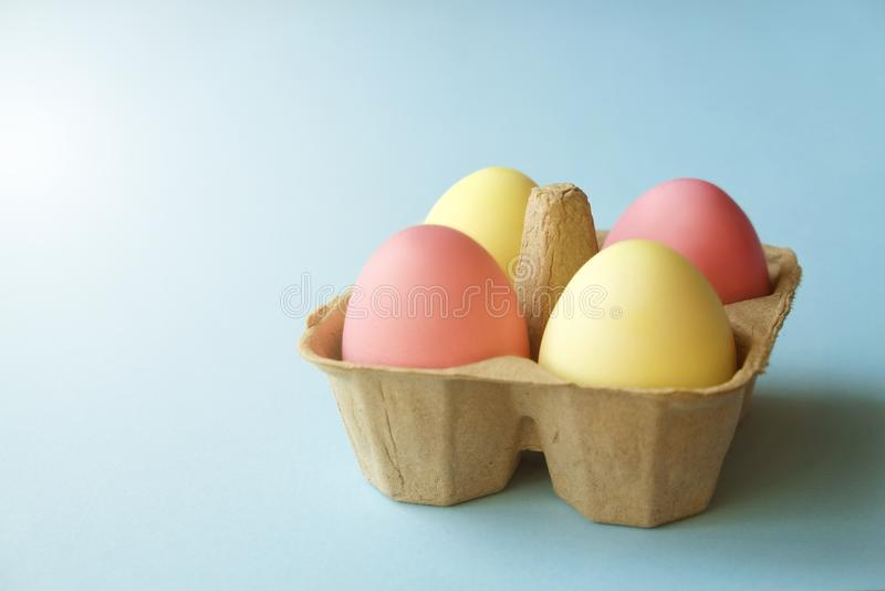Διαφορετικά αυγά Πάσχας χρώματος κρητιδογραφιών που γεννιούνται και που τακτοποιούνται στην όμορφη σύνθεση με τα άσπρα wildflower στοκ φωτογραφία με δικαίωμα ελεύθερης χρήσης