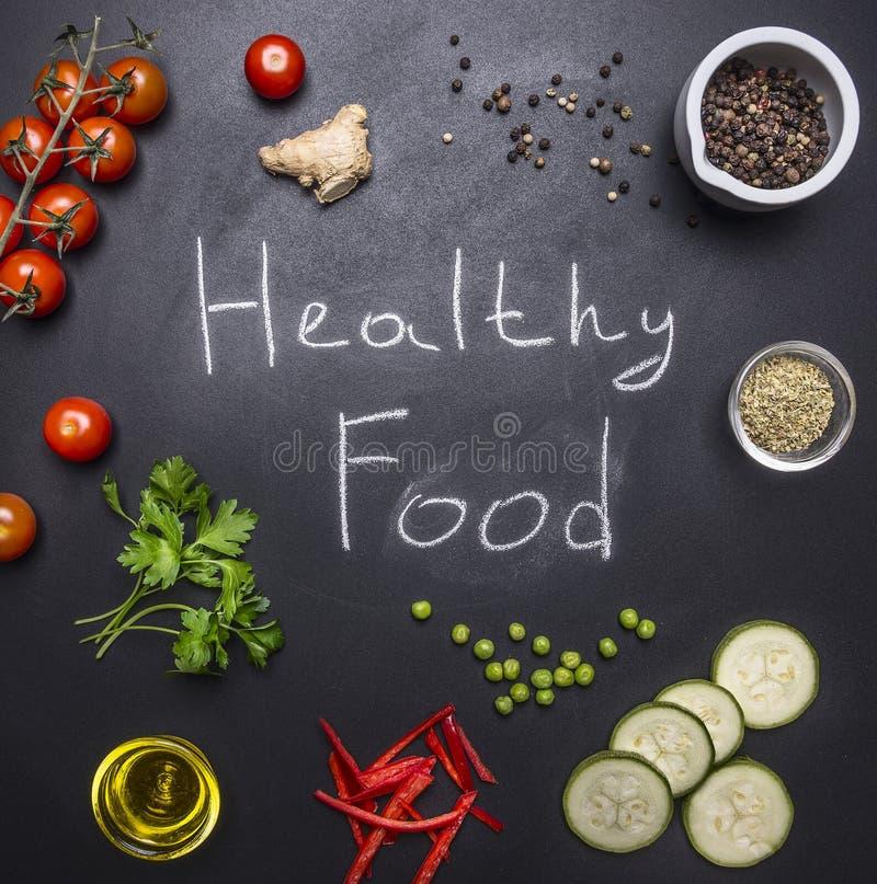 Διαφορετικά λαχανικά έννοιας, χορτάρια και καρυκεύματα, σε ένα μαύρο υπόβαθρο με τη λέξεων υγιή κορυφή υποβάθρου τροφίμων ξύλινη  στοκ φωτογραφία με δικαίωμα ελεύθερης χρήσης