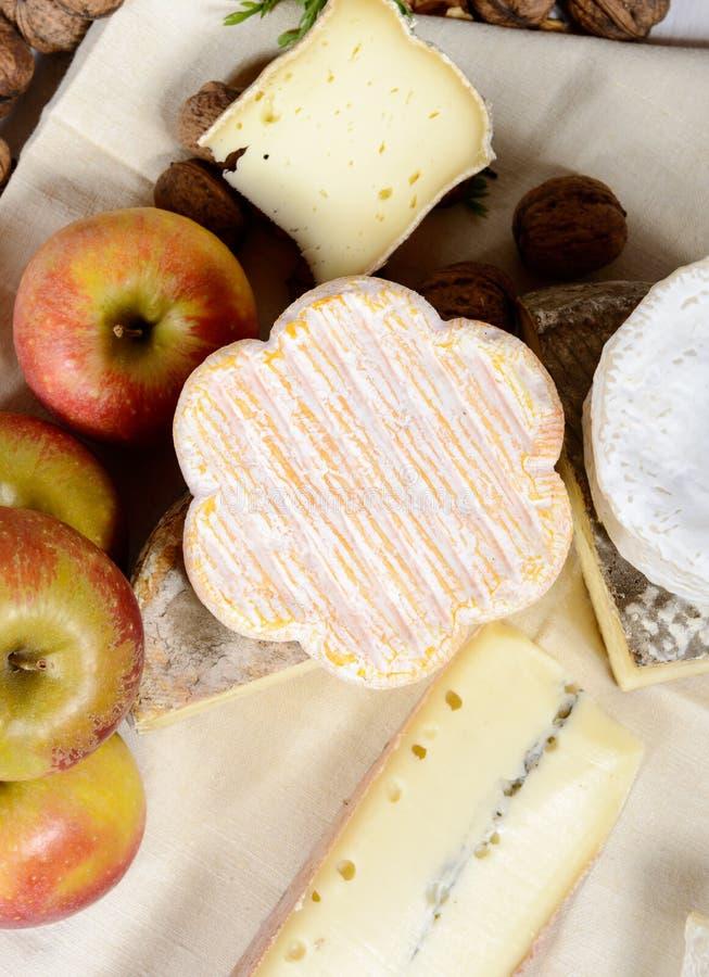 Download Διαφορετικά γαλλικά τυριά με διάφορα μήλα Στοκ Εικόνες - εικόνα από συστατικό, γαστρονομικός: 62700610