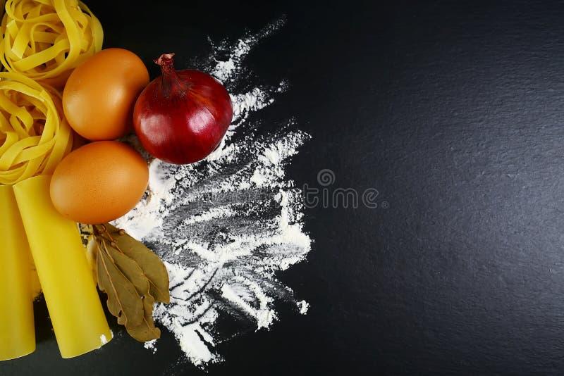 Διαφορετικά είδη ζυμαρικών tagliatelle, ιταλικών έννοιας τροφίμων cannelloni και σχεδίου επιλογών, καρυκεύματα στα ξύλινα κουτάλι στοκ εικόνες με δικαίωμα ελεύθερης χρήσης