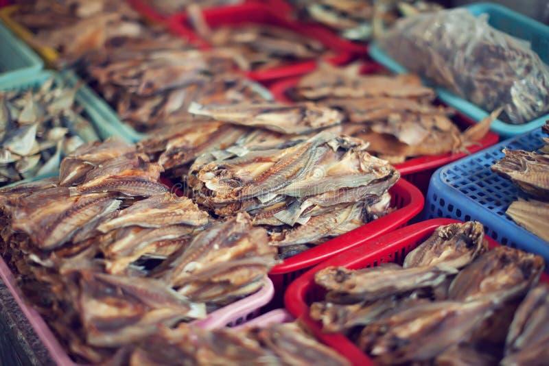 Διαφορετικά είδη ξηρών ψαριών στην αγορά στοκ εικόνες