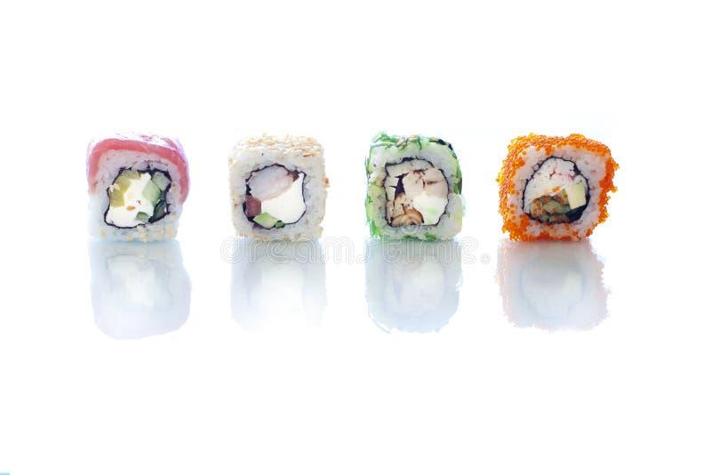 Διαφορετικά είδη ρόλων σουσιών στο άσπρο υπόβαθρο Πλαίσιο έννοιας Ιαπωνικός στενός επάνω τροφίμων στοκ φωτογραφία με δικαίωμα ελεύθερης χρήσης