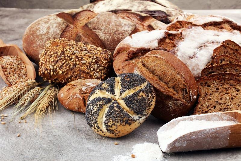 Διαφορετικά είδη ψωμιού και ρόλων ψωμιού Θέση κουζινών ή αρτοποιείων στοκ φωτογραφίες