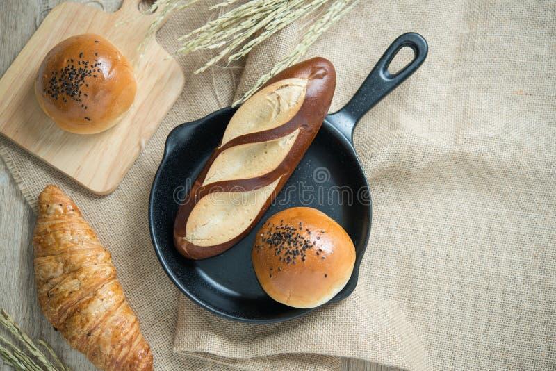 Διαφορετικά είδη ψωμιού στην κουζίνα στοκ εικόνες με δικαίωμα ελεύθερης χρήσης
