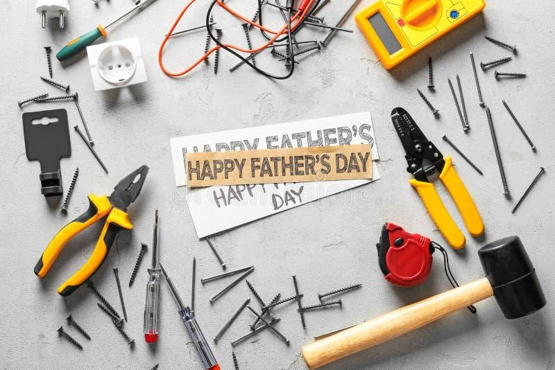 Διαφορετικά εργαλεία και έγγραφα με την ημέρα του ευτυχούς πατέρα κειμένων στο ελαφρύ υπόβαθρο στοκ φωτογραφία με δικαίωμα ελεύθερης χρήσης