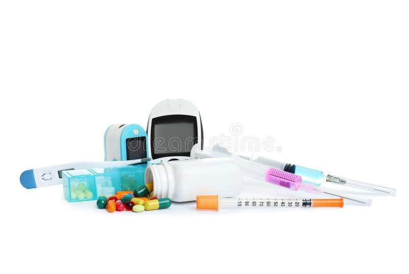 Διαφορετικά ιατρικά αντικείμενα στο άσπρο υπόβαθρο στοκ φωτογραφία