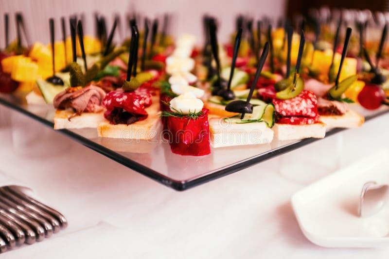 Διαφορετικά καναπεδάκια με το κρέας, το τυρί και τα τουρσιά σε ένα γεύμα μπουφέδων στοκ εικόνες