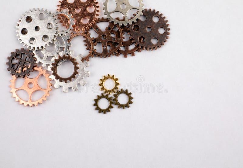 Διαφορετικά μεγέθη και χρωματισμένα εργαλεία σε ένα άσπρο υπόβαθρο στοκ εικόνα με δικαίωμα ελεύθερης χρήσης
