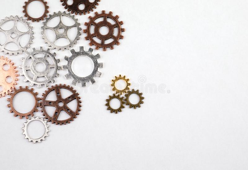 Διαφορετικά μεγέθη και χρωματισμένα εργαλεία σε ένα άσπρο υπόβαθρο στοκ φωτογραφίες με δικαίωμα ελεύθερης χρήσης