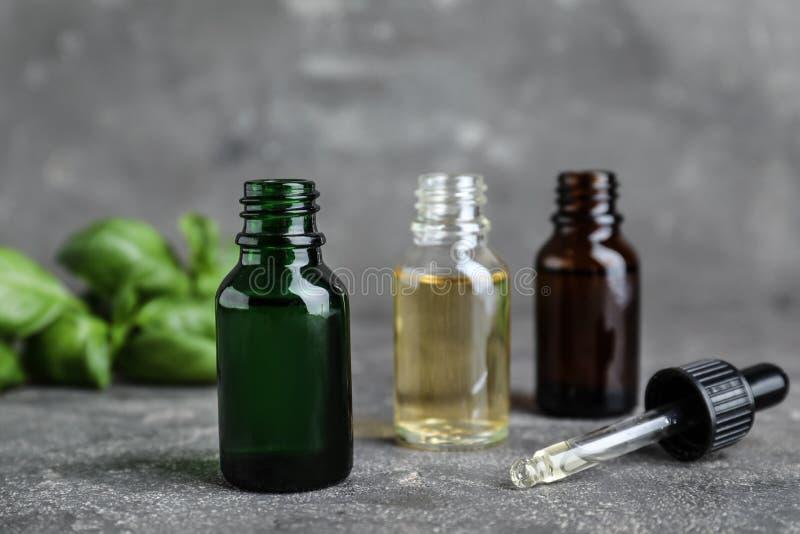 Διαφορετικά μπουκάλια με τα ουσιαστικά πετρέλαια και dropper στοκ φωτογραφία