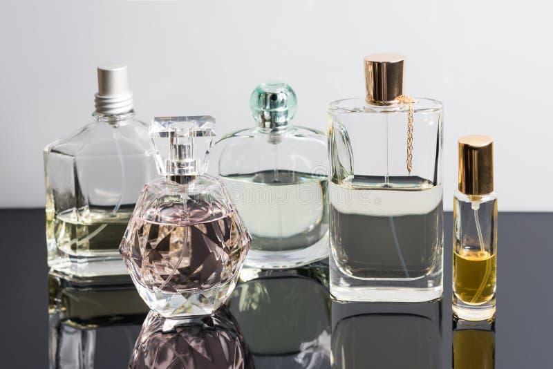 Διαφορετικά μπουκάλια αρώματος με τις αντανακλάσεις Αρωματοποιία, καλλυντικά στοκ φωτογραφία με δικαίωμα ελεύθερης χρήσης