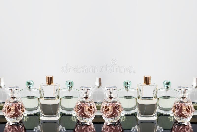 Διαφορετικά μπουκάλια αρώματος με τις αντανακλάσεις Αρωματοποιία, καλλυντικά Ελεύθερου χώρου για το κείμενο στοκ φωτογραφία με δικαίωμα ελεύθερης χρήσης