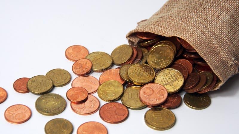 Διαφορετικά νομίσματα σε μια μικρή τσάντα στοκ εικόνα με δικαίωμα ελεύθερης χρήσης