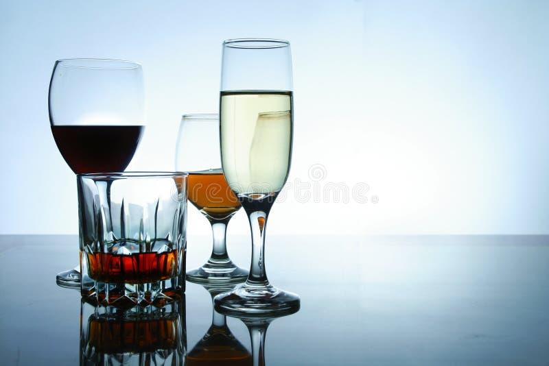 Διαφορετικά οινοπνευματώδη ποτά στο γυαλί και goblets στοκ φωτογραφίες