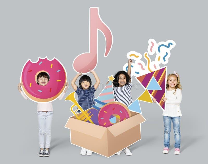 Διαφορετικά παιδιά με τα στοιχεία κομμάτων στοκ εικόνα