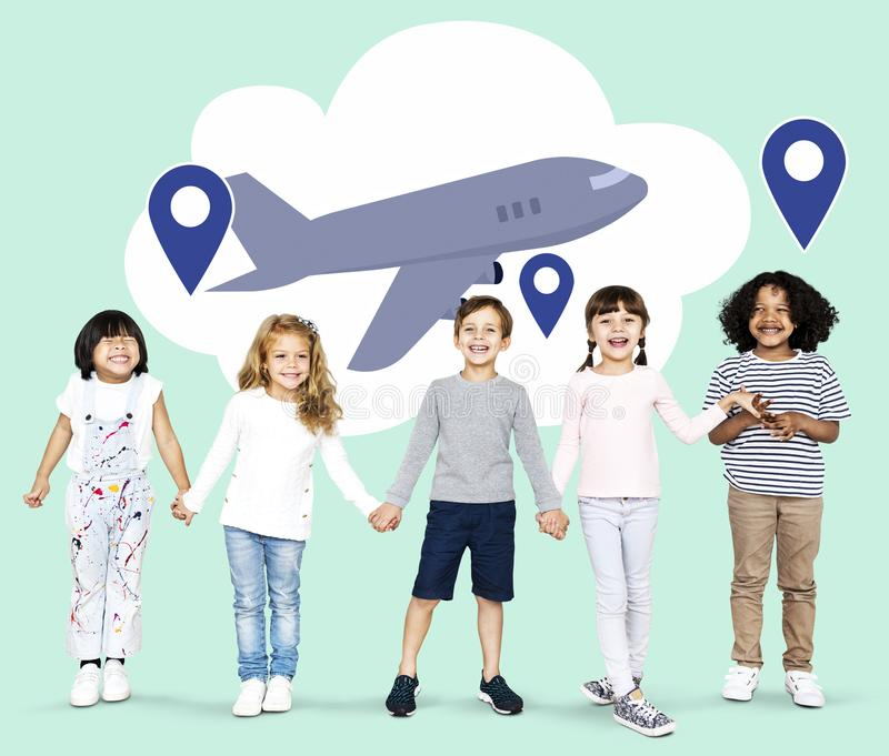 Διαφορετικά παιδιά με τα όνειρα για να εξερευνήσει τον κόσμο στοκ εικόνες