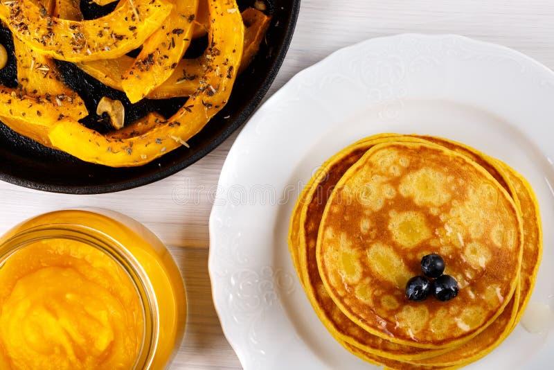 Διαφορετικά πιάτα της κολοκύθας Ψημένες φέτες της κολοκύθας, των τηγανιτών και του πουρέ στοκ φωτογραφία με δικαίωμα ελεύθερης χρήσης