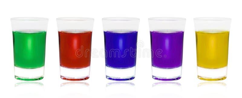 Διαφορετικά ποτά χρώματος στα γυαλιά στο άσπρο υπόβαθρο στοκ εικόνες