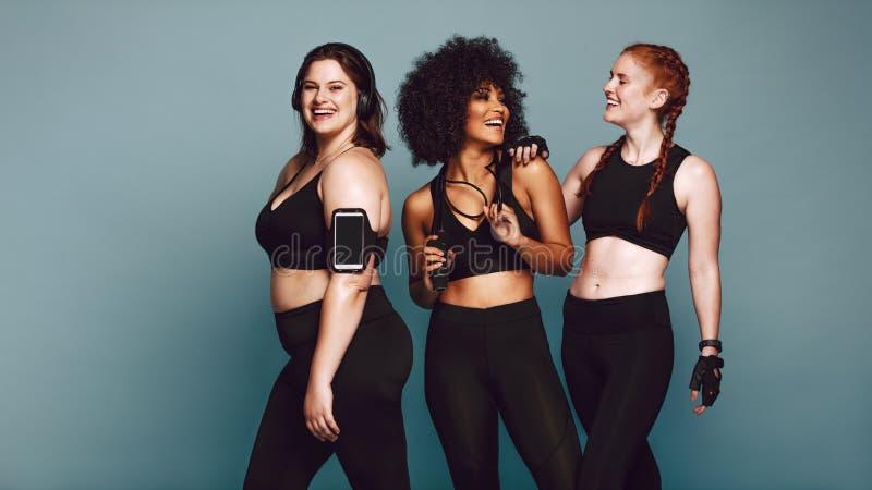 Διαφορετικές γυναίκες ομάδας sportswear μετά από το workout στοκ φωτογραφία