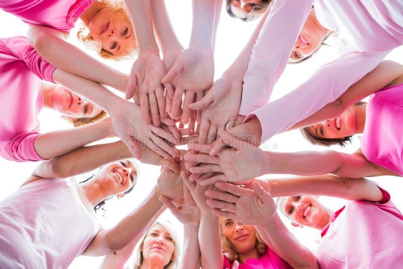 Διαφορετικές γυναίκες που χαμογελούν στον κύκλο που φορά το ροζ για το καρκίνο του μαστού στοκ εικόνες με δικαίωμα ελεύθερης χρήσης