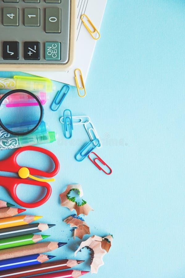 Διαφορετικές ζωηρόχρωμες μολύβια και προμήθειες ψαλιδιού ή γραφείων σε ένα άσπρο υπόβαθρο Έννοια εκπαίδευσης ή επιχειρήσεων Κενή  στοκ φωτογραφία