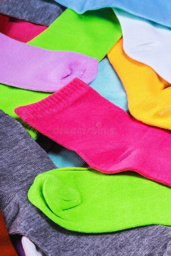 Διαφορετικές κάλτσες χρώματος στο λευκό στοκ φωτογραφία
