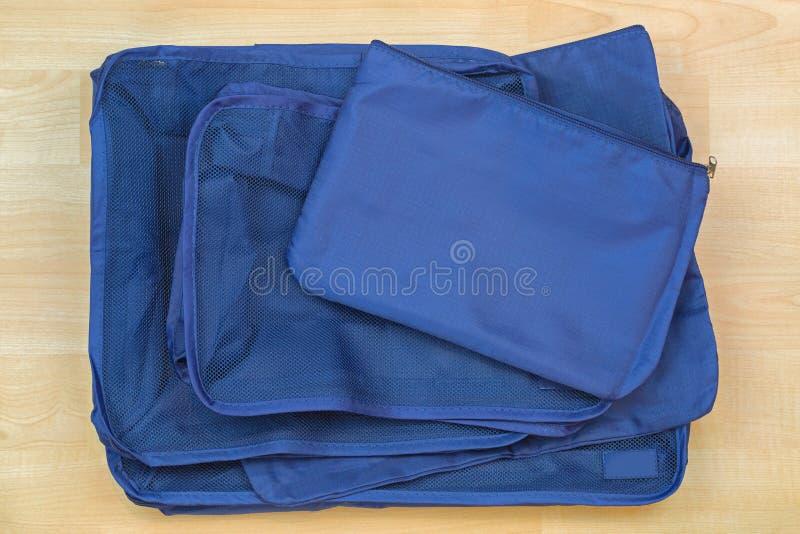 Διαφορετικές μπλε τσάντες κύβων, σύνολο διοργανωτή ταξιδιού που βοηθά packin στοκ εικόνα με δικαίωμα ελεύθερης χρήσης