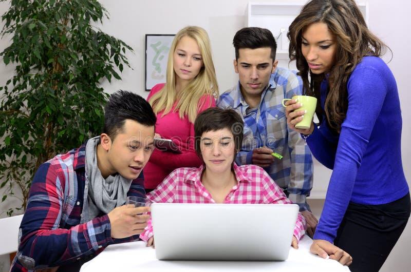 διαφορετικές νεολαίες ομάδων σπουδαστών υπαλλήλων στοκ φωτογραφίες