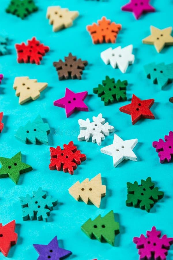 Διαφορετικές χρώματα και μορφές των ξύλινων κουμπιών στα Χριστούγεννα τ στοκ εικόνα