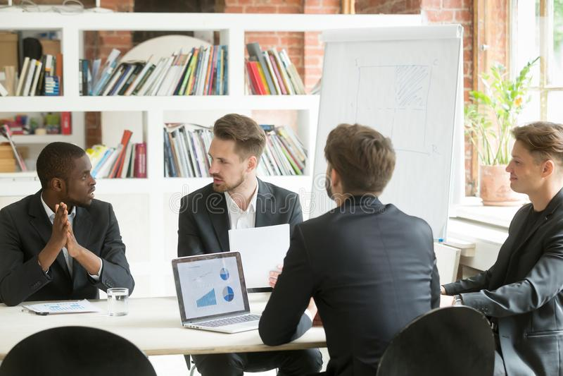 Διαφορετική εκτελεστική επιχειρησιακή ομάδα που συζητά τα αποτελέσματα εργασίας στο corpo στοκ φωτογραφίες με δικαίωμα ελεύθερης χρήσης
