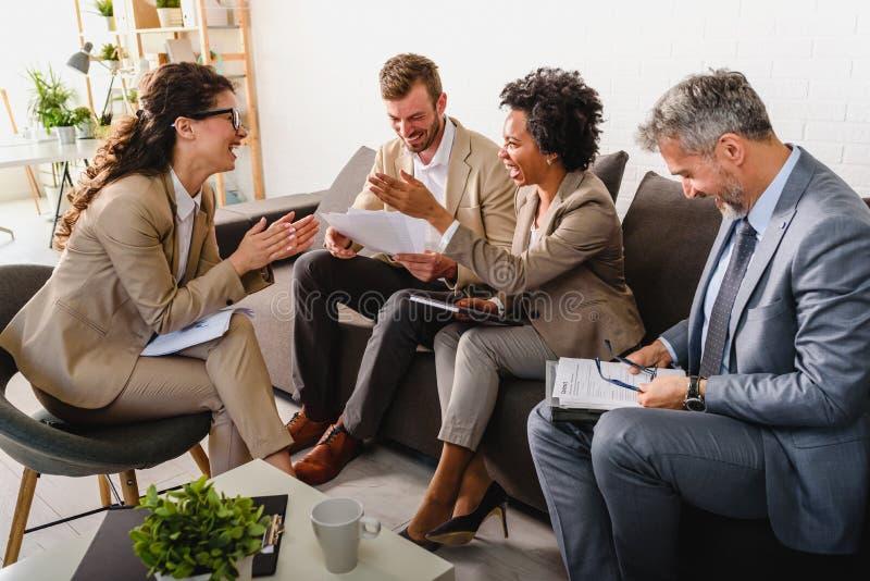 Διαφορετική επιχειρησιακή ομάδα που συζητά την εργασία στο γραφείο τους στοκ εικόνα