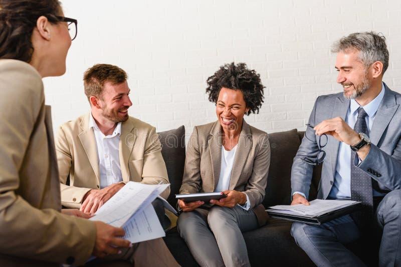 Διαφορετική επιχειρησιακή ομάδα που συζητά την εργασία στο γραφείο τους στοκ φωτογραφία με δικαίωμα ελεύθερης χρήσης