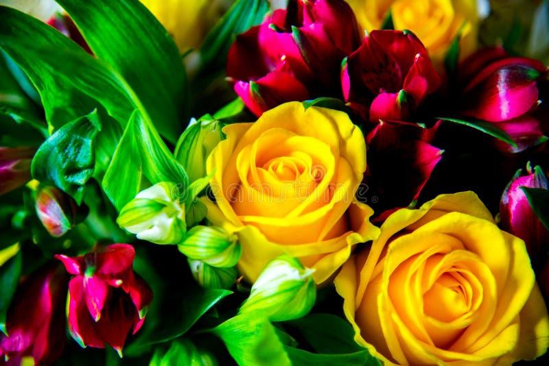 Διαφορετική και φρέσκια δέσμη των λουλουδιών στοκ φωτογραφίες