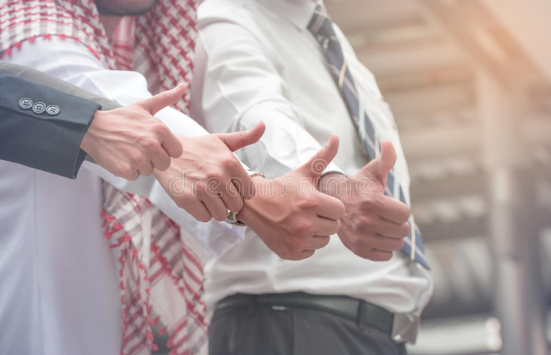 Διαφορετική ομάδα αρσενικό και θηλυκό hol ιδιοκτητών επιχείρησης ή υπαλλήλων στοκ εικόνα