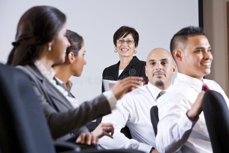 Διαφορετική παρουσίαση προσοχής ομάδας businesspeople στοκ εικόνες