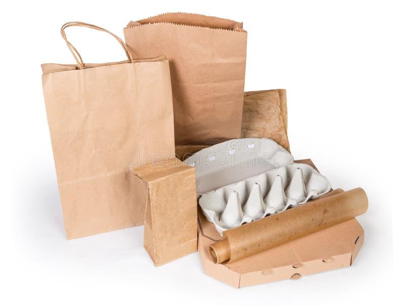 Διαφορετική συσκευασία τροφίμων εγγράφου και χαρτοκιβωτίων σε ένα άσπρο υπόβαθρο στοκ εικόνα