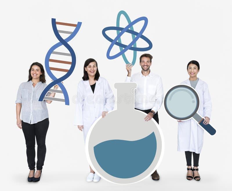 Διαφορετικοί άνθρωποι που κρατούν τα γενετικά εξεταστικά εικονίδια στοκ εικόνες