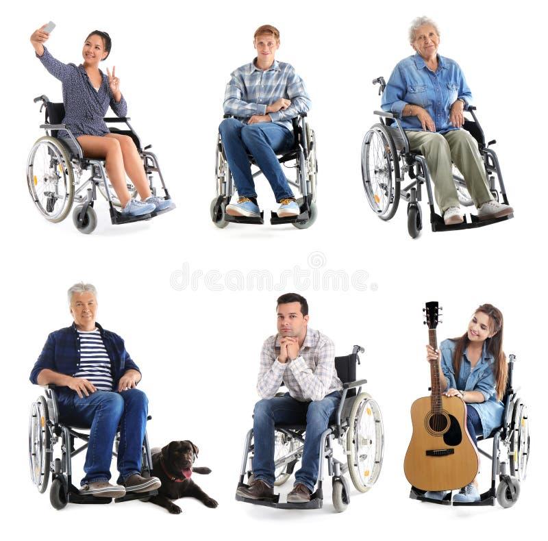 Διαφορετικοί άνθρωποι στην αναπηρική καρέκλα στο άσπρο υπόβαθρο στοκ εικόνα με δικαίωμα ελεύθερης χρήσης