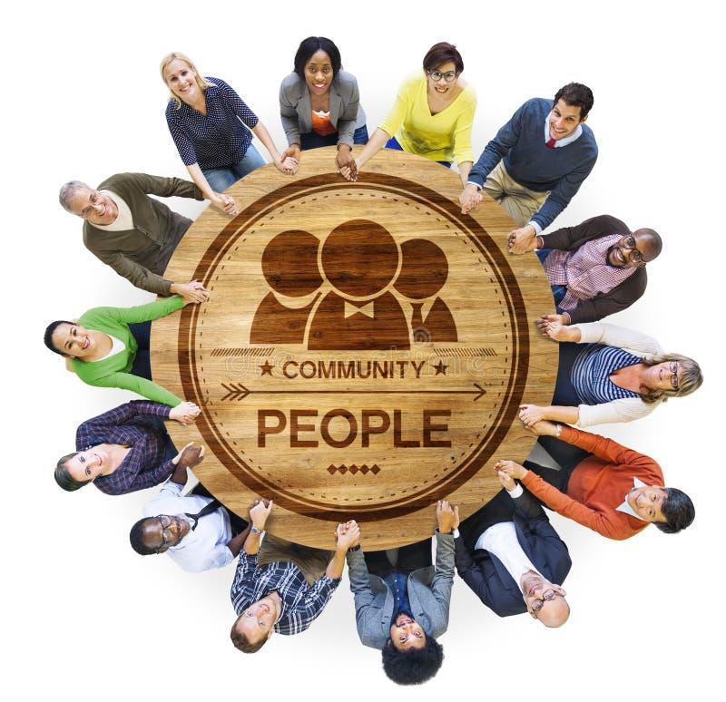 Διαφορετικοί άνθρωποι Multiethnic στα χέρια μιας κύκλων εκμετάλλευσης στοκ εικόνα με δικαίωμα ελεύθερης χρήσης