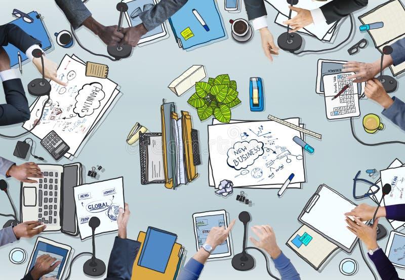 Διαφορετικοί επιχειρηματίες διευκρινισμένη στη φωτογραφία διάσκεψη ελεύθερη απεικόνιση δικαιώματος
