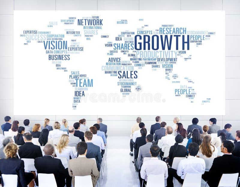 Διαφορετικοί επιχειρηματίες που επικοινωνούν με μεταξύ τους στοκ εικόνα με δικαίωμα ελεύθερης χρήσης