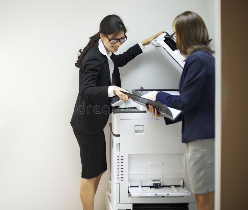 Διαφορετικοί επιχειρησιακοί συνάδελφοι που απασχολούνται στο βλαστό στοκ εικόνα