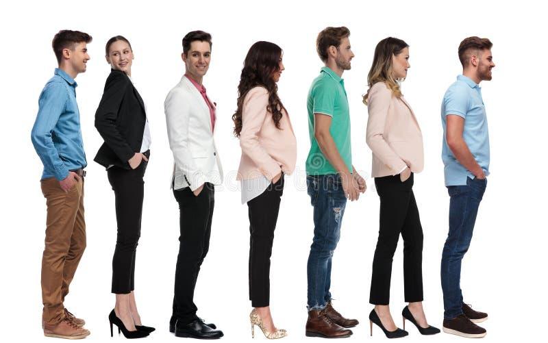 Διαφορετικοί νέοι που στέκονται στη γραμμή στοκ εικόνες με δικαίωμα ελεύθερης χρήσης