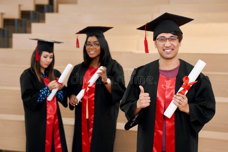 Διαφορετικοί πανεπιστημιακοί πτυχιούχοι υπηκοοτήτων που αισθάνονται ευτυχείς στοκ φωτογραφίες