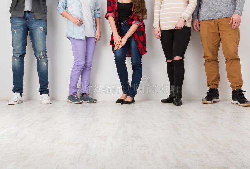 Διαφορετικοί περιστασιακοί άνθρωποι που στέκονται στη σειρά εσωτερική, συγκομιδή στοκ φωτογραφία με δικαίωμα ελεύθερης χρήσης